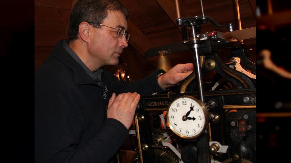 Berthold Rapp inspiziert die erste Uhr seiner Sammlung. (Foto: SZ- meni)